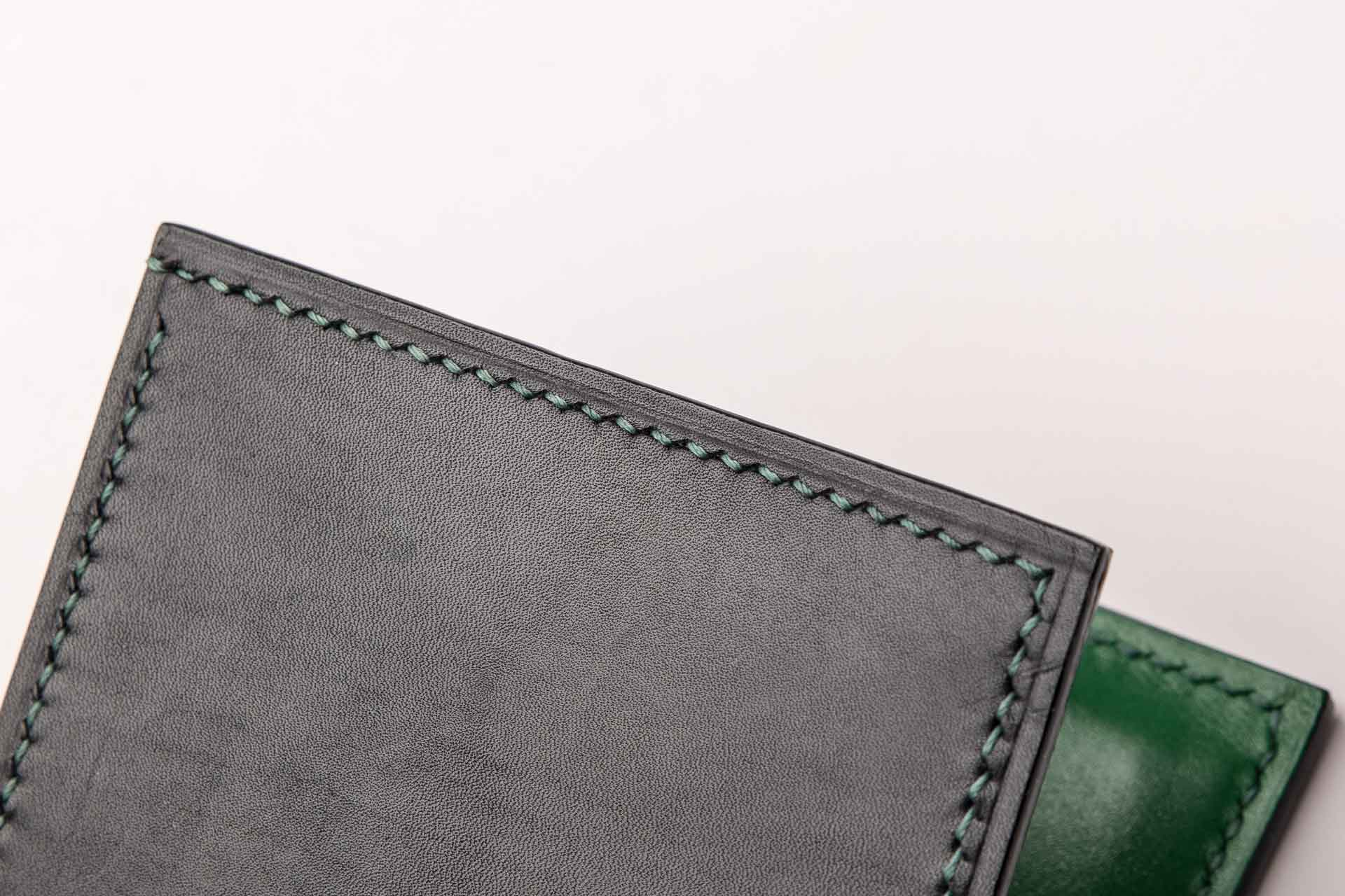 The highlight of the wallet is the hand-sewn seams, showing the feast of the workers.