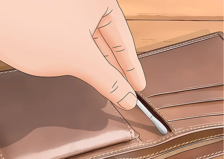 Clean with a cotton swab for cleaning a leather wallet