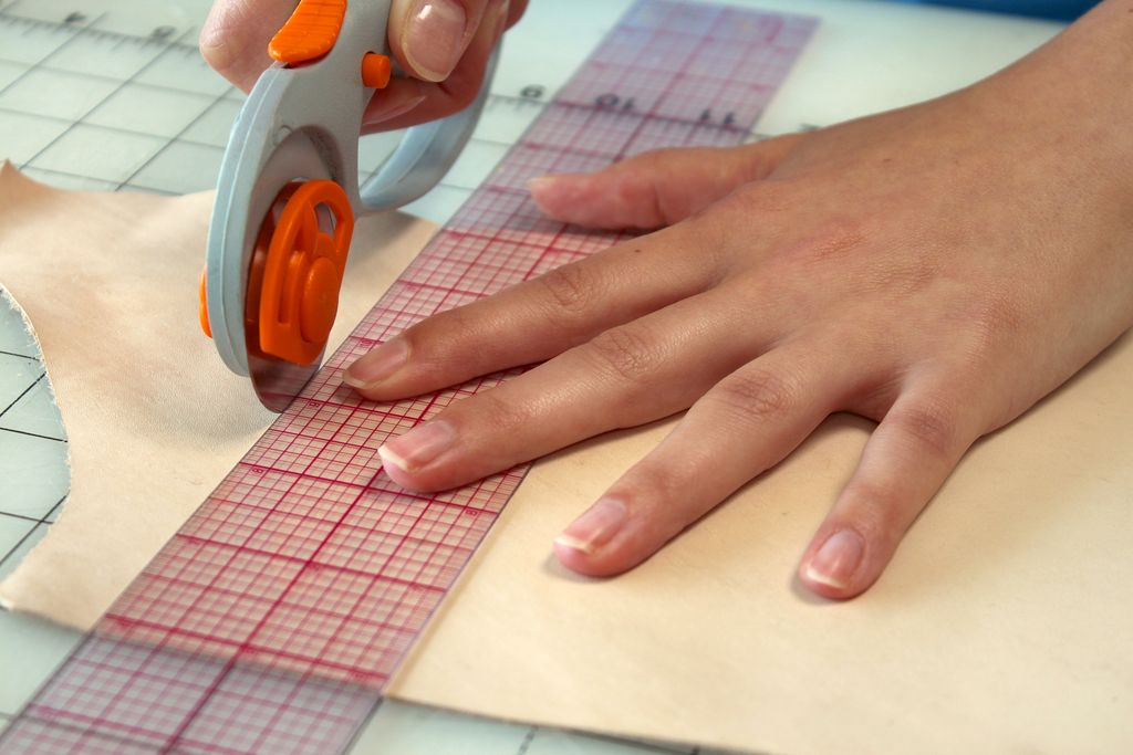 How to cut leather